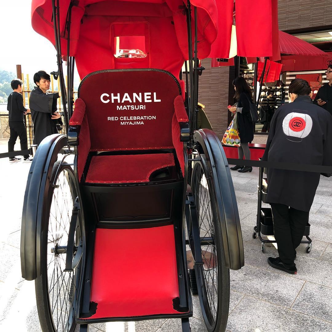 (宮島で11月11日まで行われているシャネルのポップアップイベント「MATSURI」で展示されている人力車)