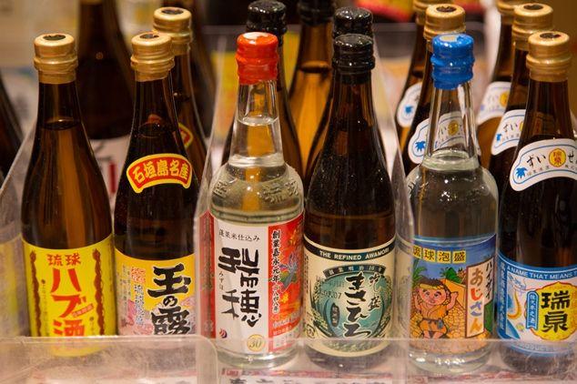 地下には沖縄の銘酒が豊富にそろう。ミニボトルもかわいい