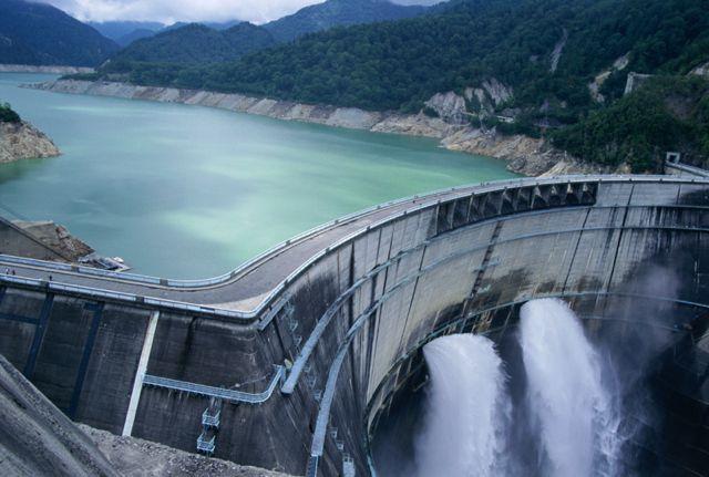 放水中の黒部ダム(画像提供:富山県観光連盟)