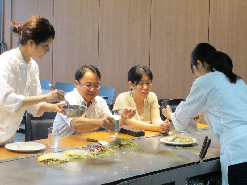 社員によるキャベツ食べ比べ(ブログ「お好み焼課が行く」より)