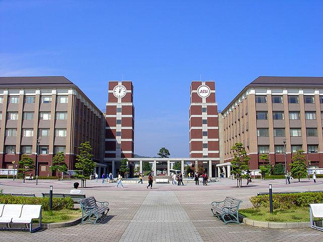 立命館アジア太平洋大学の正面玄関(JKT-cさん撮影、Wikimedia Commonsより)