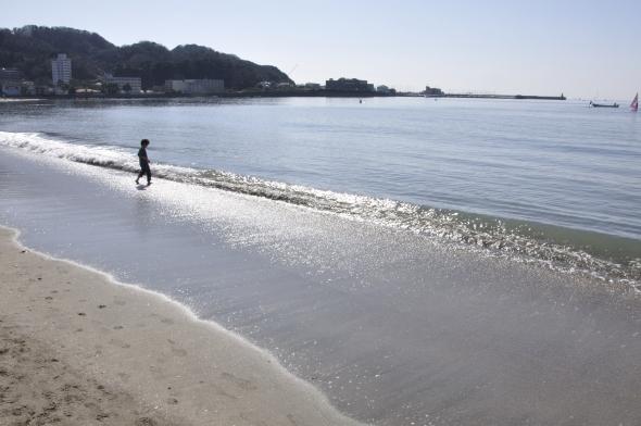 2月の逗子海岸(トトトさん撮影、Wikimedia Commonsより)