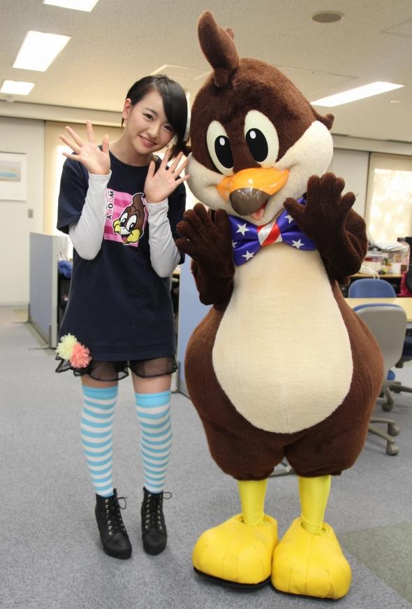 2014年4月16日、Jタウンネット編集部を訪問した那須ハイランドパーク応援ガールの田島ひかりさん。一緒にいるのは、同園のキャラクター「ウーピー」