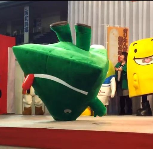 「ふるさと祭り東京2013in東京ドーム」で逆立ちするペロリン(YouTubeより)