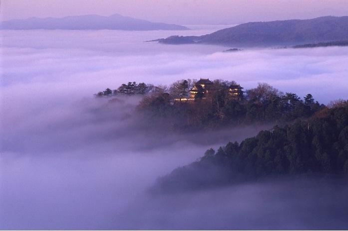 雲海に浮かぶ備中松山城跡(高梁市観光ガイドより)