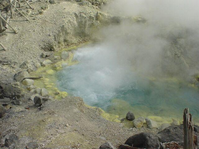 秋田県 玉川温泉 大噴(MD242さん撮影、Wikimedia Commonsより)