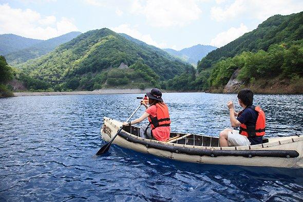 奥四万湖でカヌーを楽しむ人たち(四万温泉協会提供)