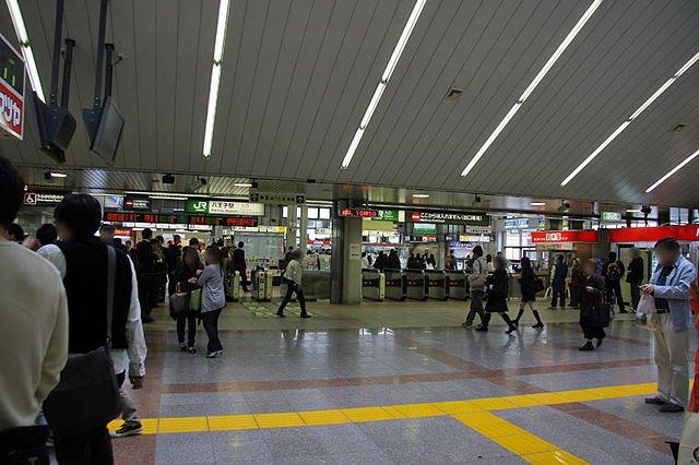 JR八王子駅改札口(103momoさんが2009年に撮影、Wikimedia Commonsより)