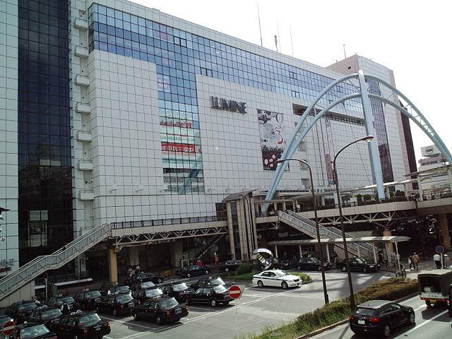 JR立川駅北口の駅ビル「ルミネ」(ISSHIEさん撮影、Wikimedia Commonsより)