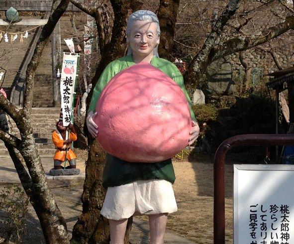 桃太郎神社 おばあさんの像(画像提供:犬山市観光協会)