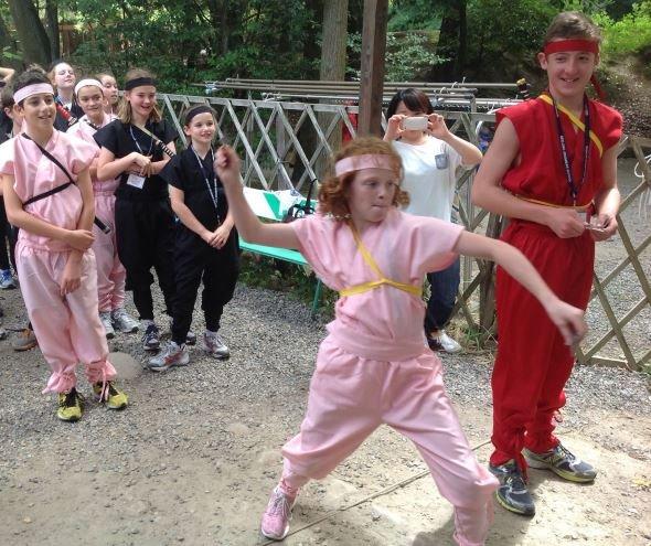 手裏剣打ちに挑戦する外国人観光客の子どもたち(画像提供、すべて伊賀上野観光協会)