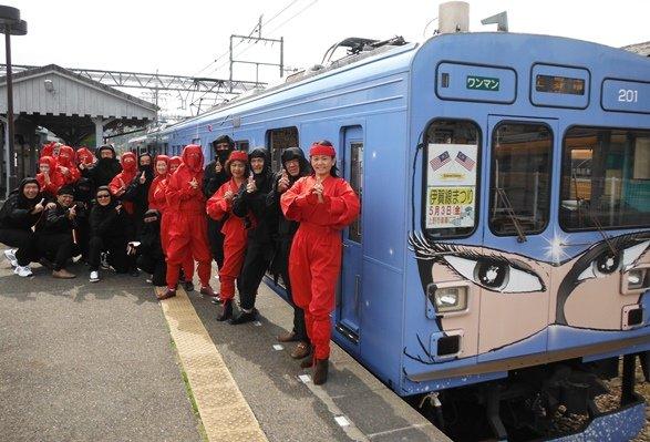 伊賀鉄道・忍者列車の前で記念撮影、アジアからのグループ客