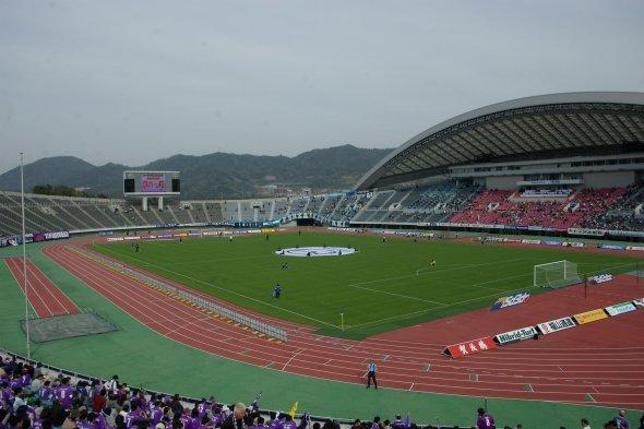 現在のサンフレッチェ本拠地・エディオンスタジアム(WAKA77さん撮影、Wikimedia Commonsより)