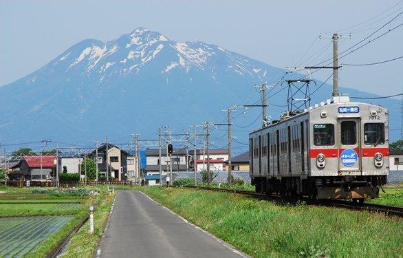 岩木山を背景に走る弘南鉄道車両(画像提供:平川市)