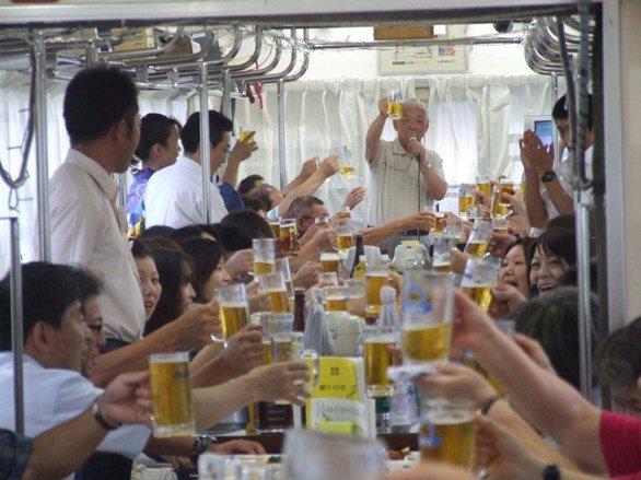 イベント列車「納涼ビール列車」の車内風景(画像提供:平川市)