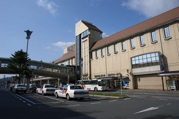 茅野駅(663highland, Wikimedia Commonsより)