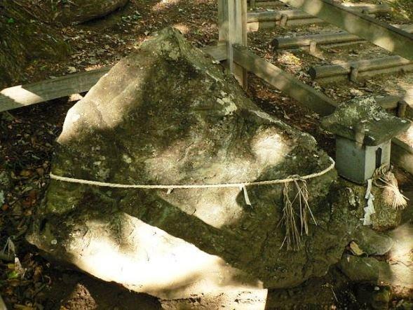 尖石(Takuma-sa, Wikimedia Commonsより)
