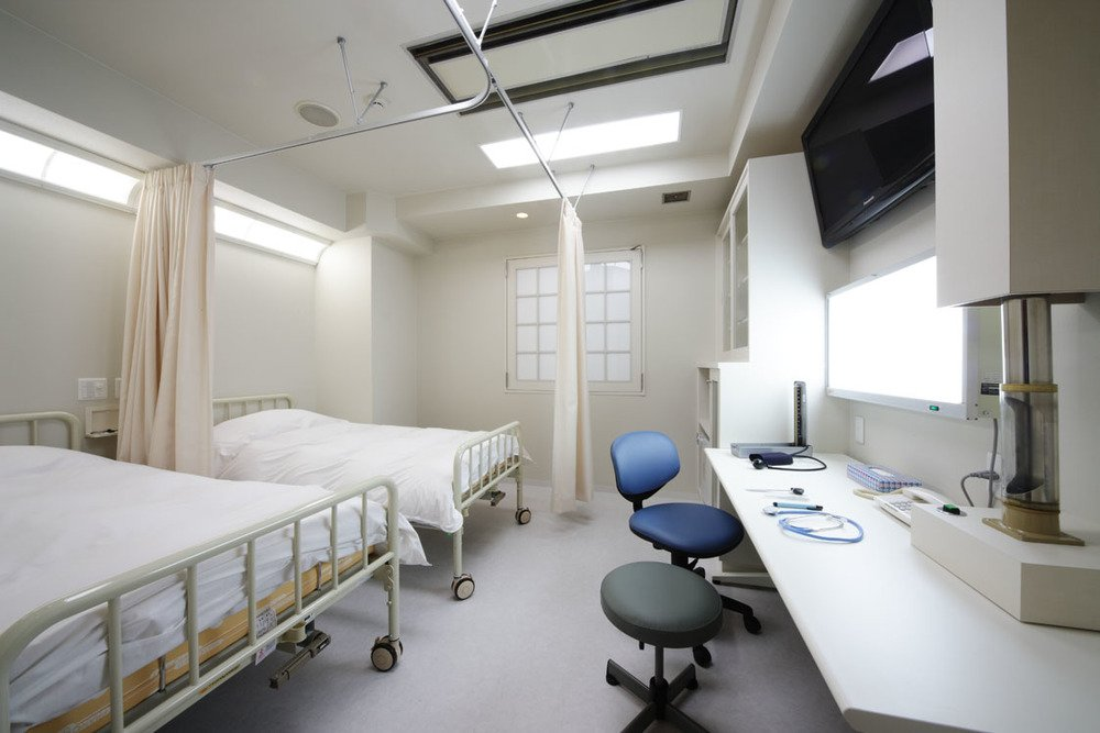 病院の診察室風の203号室