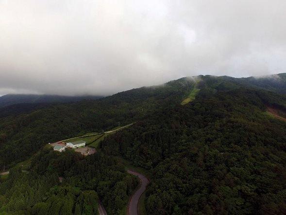 スキー場上空からドローンで撮影した光景(アサヒテングストン フェイスブックより)