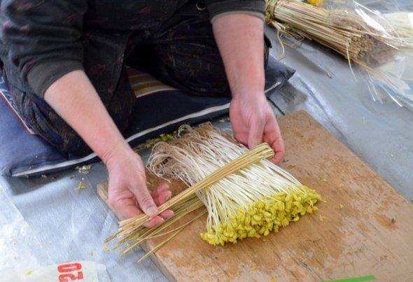 藁で結わえるのも小野川の伝統です。