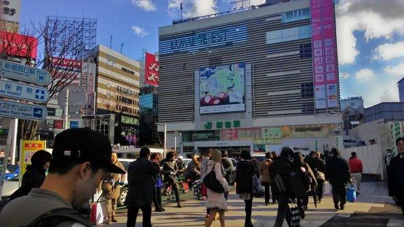 東口側の新宿駅前。なお、この写真はスマホ「ASUS Zenfone 5」のHDRモードで撮影している