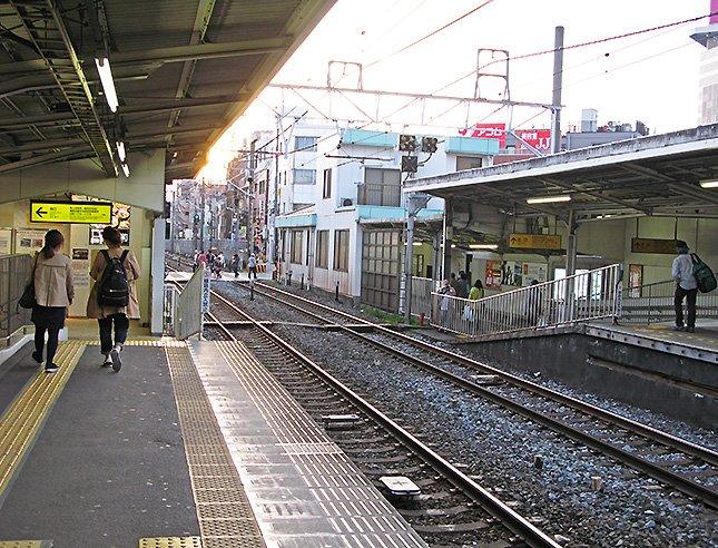 東武練馬駅。上り・下りホームの東端にそれぞれ改札がある。