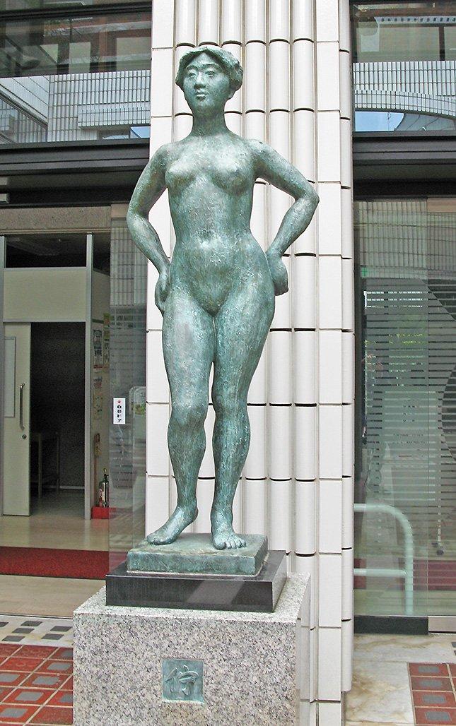 練馬図書館にある像。テーマは「佇」。