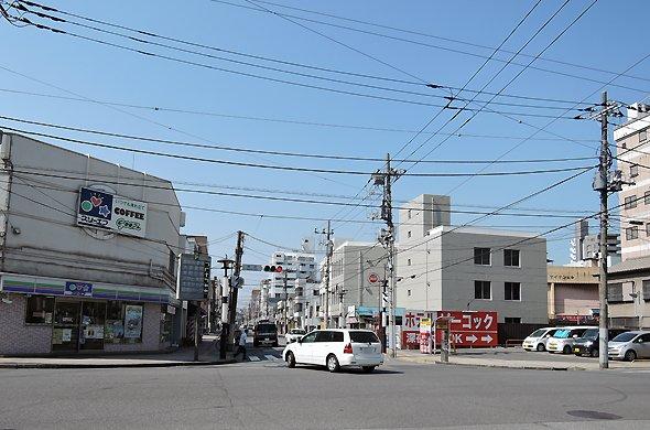 栄町交差点。空を見上げると無数の電線が交差する。