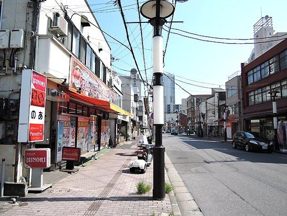 写真左は韓国の食材を扱うスーパー。栄町はハングル文字の店が多い。