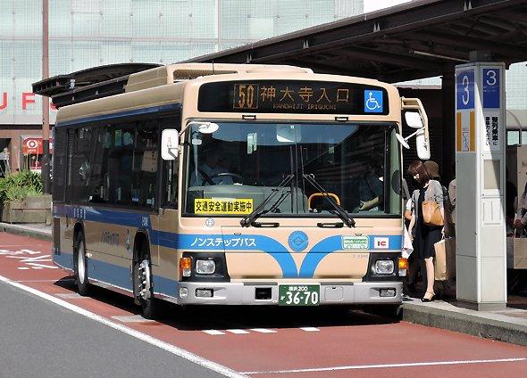 横浜駅西口に停車中の横浜市営バス。写真はイメージです(編集部撮影)