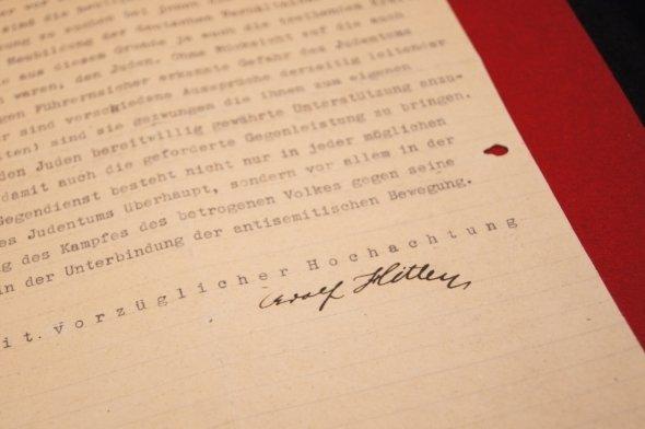 展示されているヒトラーの書簡。「Adolf Hitler」の署名が見える