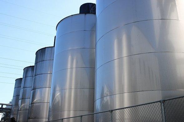 屋外にある貯蔵タンク、1基あたり20トンもの原酒が熟成されている
