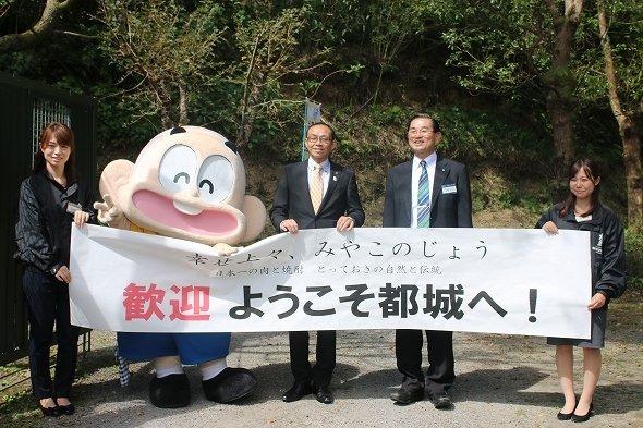 左から3番目が池田市長、4番目が霧島酒造専務・江夏拓三さん