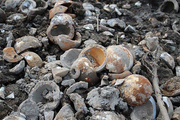 小川に遺棄された陶製手榴弾のかけら(編集部撮影)