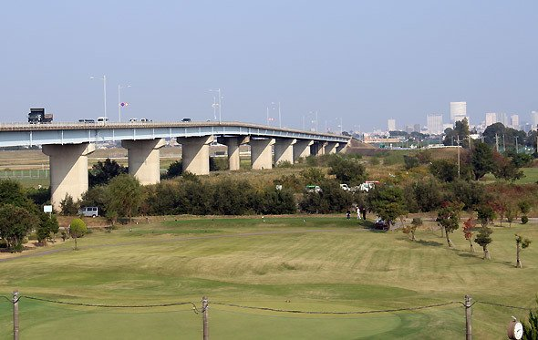 治水橋。さいたま市大宮のビル群が遠くに見える