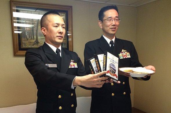 メニューを考案した冨永誠剛さん(左)と斉藤浩司艦長(右)