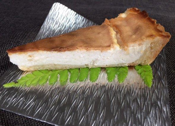 「すずがみ」にチーズケーキをのせてみた(写真は編集部撮影)