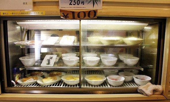 冷蔵庫メニューは全て100円。刺身や冷奴、卵焼きなどがある