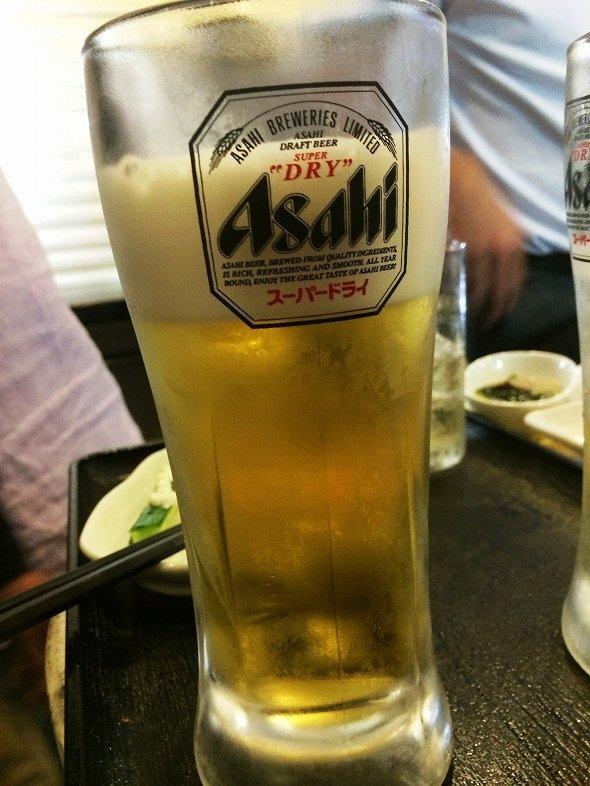 近くの男性が注文したビール。ジョッキの7割ほどの量で出される