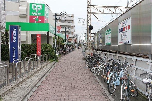上北沢駅北口を降りてすぐの風景