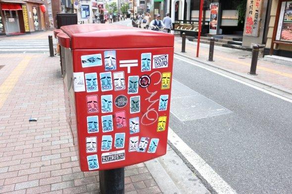 歌舞伎町のポストはおっさんに埋め尽くされている