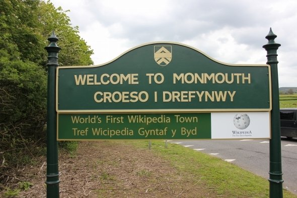 「世界で最初のウィキペディアタウン」モンマスの看板(作者:John Cummingsさん、Wikimedia Commonsより、CC BY-SA 3.0)