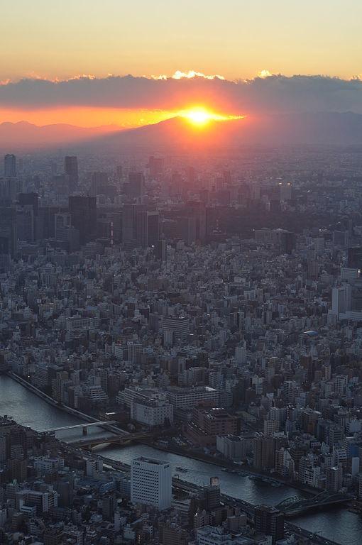 東京スカイツリーから見たダイヤモンド富士(江戸村のとくぞうさん撮影, Wikimedia Commonsより)
