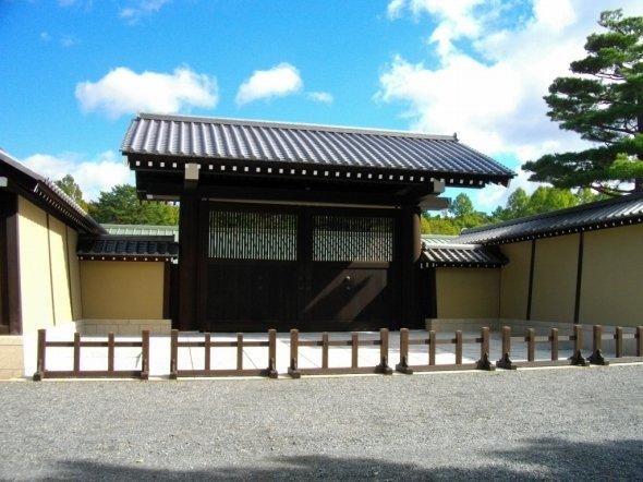 京都迎賓館正門(あばさーさん撮影、Wikimedia Commonsより)