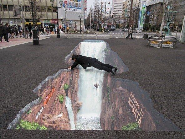 新潟駅万代広場の3Dアートで遊ぶ(画像提供:新潟市新潟駅周辺整備事務所)