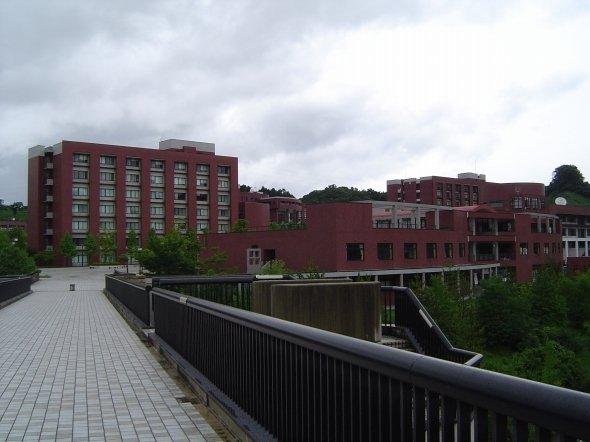 金沢大学(Genppyさん撮影、Wikimedia Commonsより)