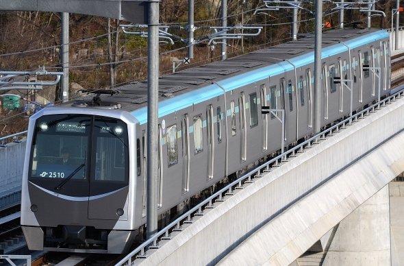 こちらは通常の東西線車両(Toshinori babaさん撮影、Wikimedia Commonsより)