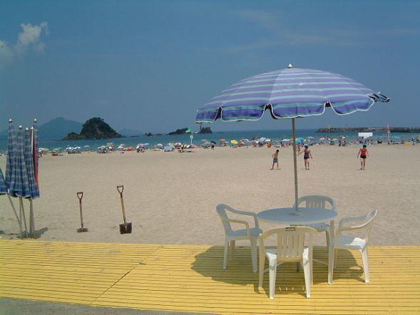 若狭和田海水浴場(hide-spさん撮影、Wikimedia Commonsより)