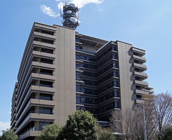 熊本県警察本部外観(Motoki-jjさん撮影、Wikimedia Commonsより)