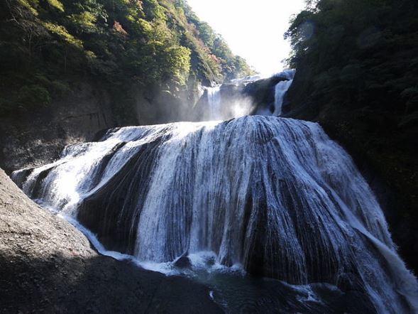 袋田の滝(Ippukuchoさん撮影、Wikimedia Commonsより)